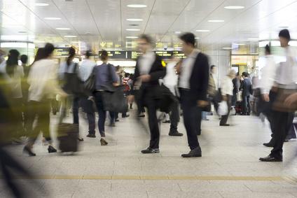 大混雑する大都会の駅を行き交う様々な人々 イメージ(スローシャッター)