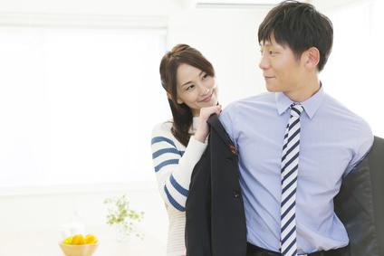 夫の背広を脱がす妻