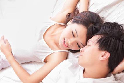 ベッドでイチャつく男女