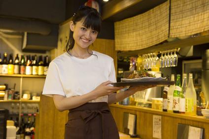 居酒屋でアルバイトする女性