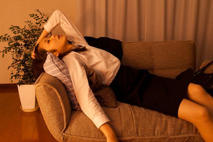 ソファーに横たわる女性