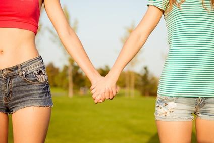 手を握る女性達