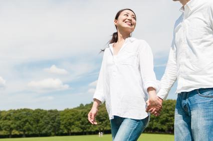 手を繋ぎ散歩するカップル