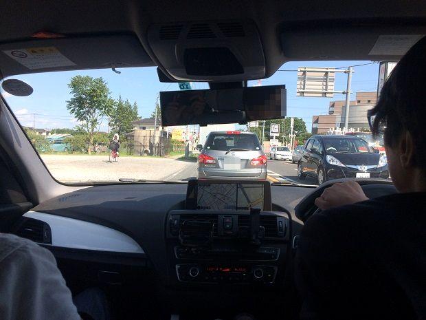 車で尾行中の車内