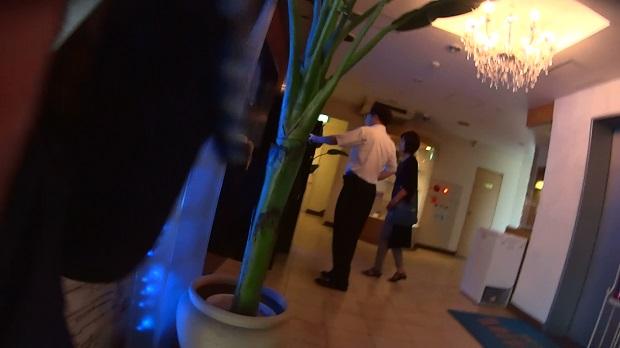 ラブホテルでパネルを選ぶ男女